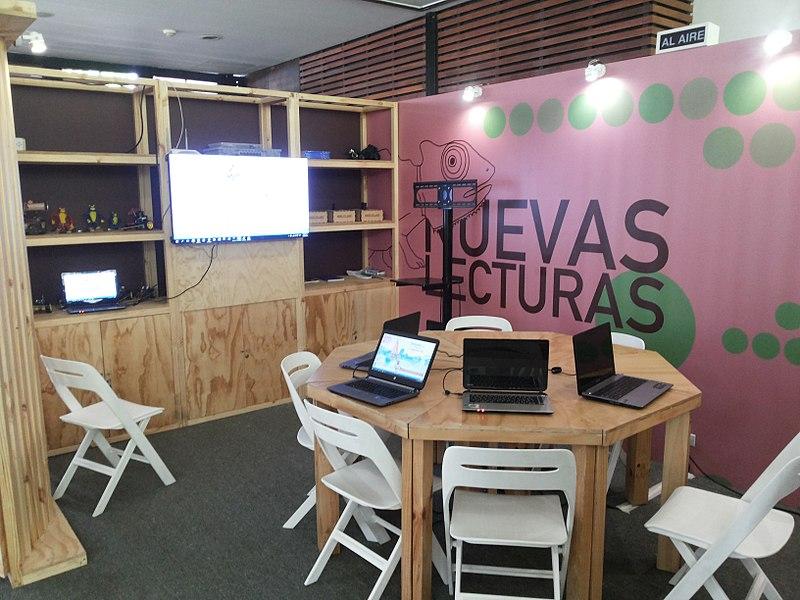 Módulo de #Bibliolabs en el Salón de Nuevas Lecturas durante la 10ª Fiesta del Libro y la Cultura de Medellín 2016. Está listo para realizar el taller sobre Wikipedia.