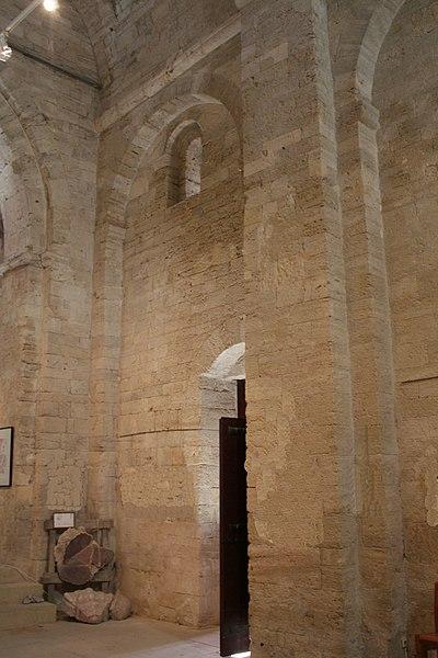 Montbazin (Hérault) - Porte latérale de la chapelle castrale Saint-Pierre.