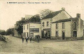 Carte postale sépia représentant des bâtiments autour d'une place.