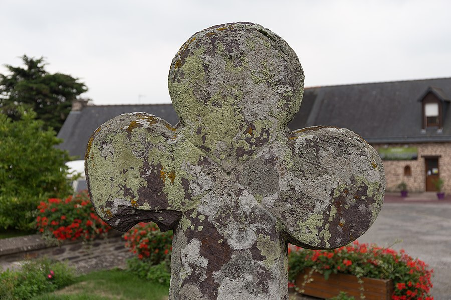 Croix de cimetière de Monteneuf.