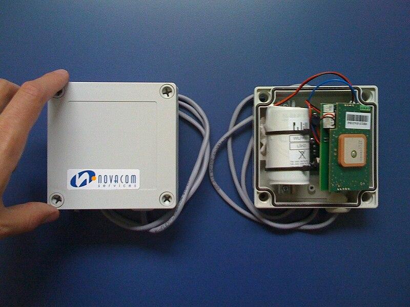 Mouvbox, terminal equipé d'un récepteur GPS et d'un modem GSM/GPRS avec emplacement pour carte SIM.