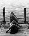 Mujer tumbada frente al mar.jpg