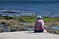 Muller sentada no acceso da praia de Lariño. Carnota. Galiza LC09.jpg