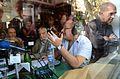 Néstor Restivo, Osvaldo Bayer y Mario Wainfeld en un bar de Directorio, 2013-04-13.jpg