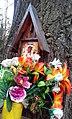 Nadrzewna kapliczka Matki Bożej Częstochowskiej na podwórzu wrocławskich klinik.jpg