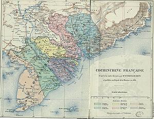 Six Provinces of Southern Vietnam - Nam Kỳ thuộc Pháp (Basse Cochinchine Francaise) khoảng năm 1881, nhưng vẽ theo hành chính của Nam Kỳ Lục tỉnh nhà Nguyễn (Basse CochinChine) trước năm 1861. Vùng bờ bắc kênh Vĩnh Tế (thuộc các huyện Hà Âm, Tây Xuyên tỉnh An Giang, huyện Hà Châu tỉnh Hà Tiên cũ) và vùng lồi Svay Rieng (trước là vùng rừng Quang Hóa phủ Tây Ninh tỉnh Gia Định, mà Pháp chưa chiếm được vào thời điểm năm 1861-1863) đều được cắt trả về cho lãnh thổ vương quốc Campuchia thuộc Pháp.