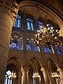 Notre-Dame de Paris - Kronleuchter und Wand.jpg