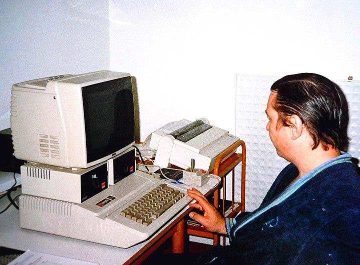 Ordinateur Apple Europe II circa 1984.jpg