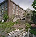 Overzicht gevel achterzijde met grotendeels ingestortte houten schuur - Sassenheim - 20349651 - RCE.jpg