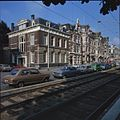 Overzicht van de voorgevel en de rechter zijgevel aan de Koninginnegracht met straatbeeld - 's-Gravenhage - 20380273 - RCE.jpg