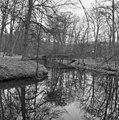Overzicht van het park met brug over de beek - Baarn - 20027153 - RCE.jpg