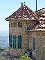 P1190655 - בית הטירה במרכז הכרמל - מבט מקרוב למגדל הפינתי.JPG