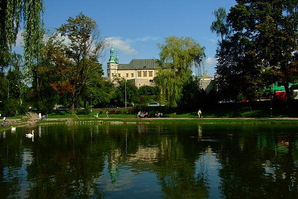 Pałac Biskupów Krakowskich w Kielcach. Na tle pałacu widoczna jest Baszta Prochowa, przy której odnaleziony został osiemnastowieczny mur piwnicy biskupiego browaru. Źródło: Wikimedia Commons, autor: Ferdziu, lic. CC BY-SA 3.0.