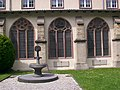 Paderborner Dom Pürting Brunnen Dreihasenfenster.jpg