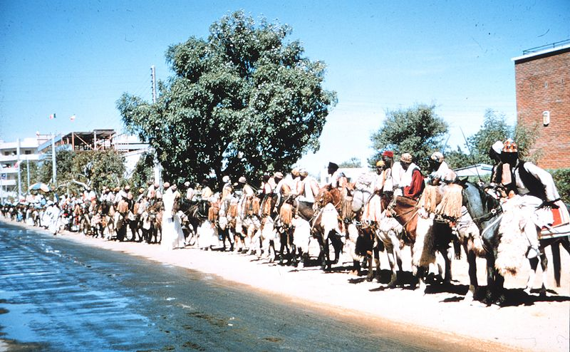 Fichier:People on horseback in Fort Lamy, Chad.jpg