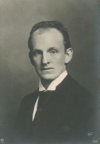 https://upload.wikimedia.org/wikipedia/commons/thumb/2/2a/Photo_of_Gerhart_Hauptmann.jpg/200px-Photo_of_Gerhart_Hauptmann.jpg