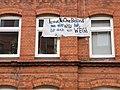 Plakat mit dem Hashtag LeaveNoOneBehind in Kiel.jpg