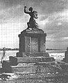 Pomnik Syreny przy ul. Solec w Warszawie w grudniu 1945.jpg