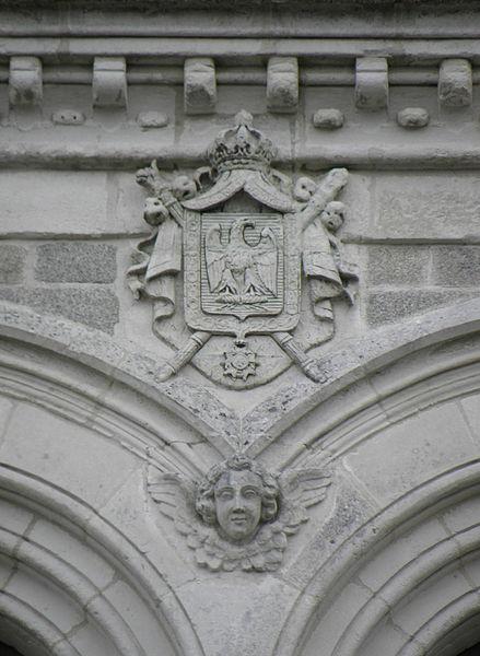 Église Saint-Joseph de Pontivy (56). Façade principale. Aigle impérial sommant les baies géminées du beffroi.