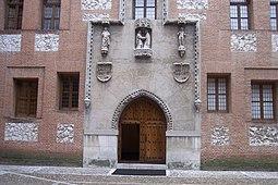 Portada en el Patio de Armas del Castillo de La Mota.