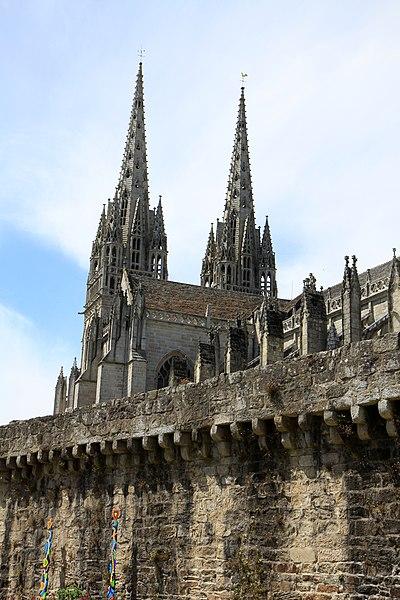 Vue de la cathédrale depuis les berges de l'Odet
