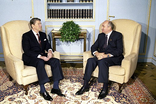 RIAN archive 693673 Mikhail Gorbachev and Ronald Reagan talk