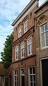 foto van Huis met gepleisterde gevel van het 'Dordtse' type, zonder topkorfbogen met tooglijsten op leeuwekopjes boven de vensters
