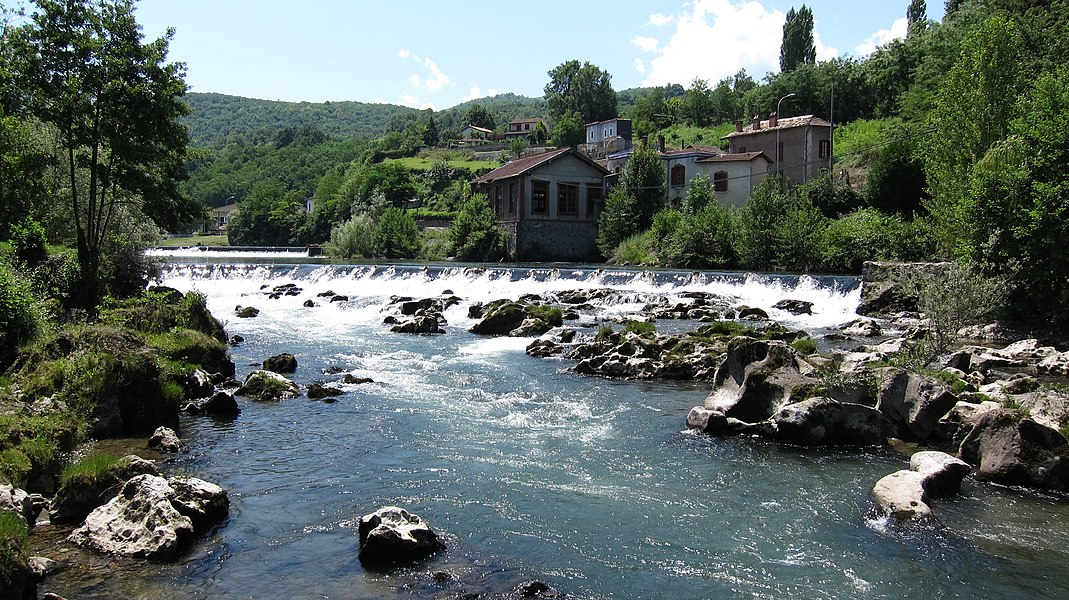 Saint-Girons (Ariège, France): Le Salat avec l'ancienne usine JOB.