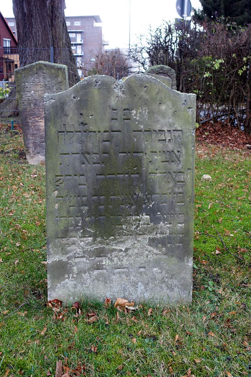 Salzgitter-Bad - Jüdischer Friedhof - Grab 6 (Hebräische Inschrift) 2015-11.jpg