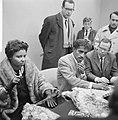 Sammy Davis jr in Nederland, tijdens persconferentie op Schiphol, Sammy Davis , , Bestanddeelnr 916-1959.jpg
