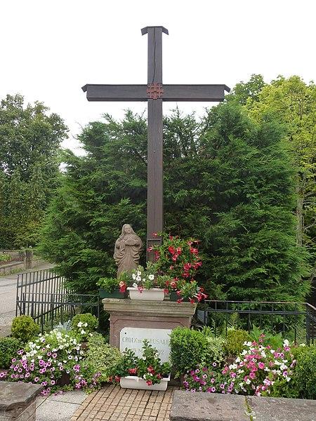 Sanctuaire Notre-Dame de Bonne-Fontaine. Croix à l'entrée du sanctuaire.
