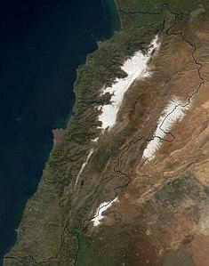 Satellitenkarte, gut erkennbar die schneebedeckten Berge des Libanongebirges (links) und des Anti-Libanon (rechts). Dazwischen liegt die Bekaa-Ebene. Unten Mitte liegt der Hermon.