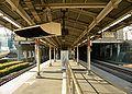 Shinanomachi-station-platform.jpg