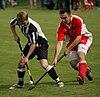 Photo de deux joueurs de shinty en train de se disputer la balle