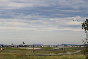 Shuttle Discovery last flyby at Dulles 2.jpg
