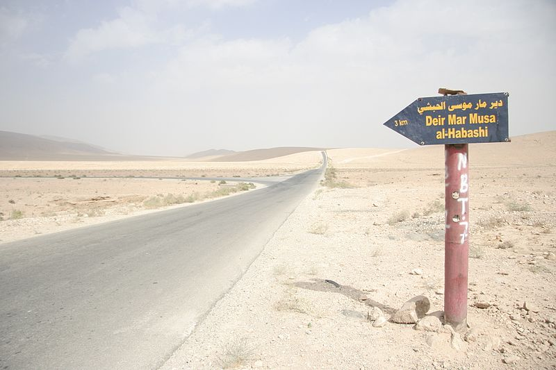 File:Sign towards Deir Mar Musa al-Habashi.jpg