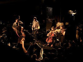 "Thee Silver Mt. Zion als ""Thee Silver Mt. Zion Memorial Orchestra and Tra-La-La Band"" in april 2007"