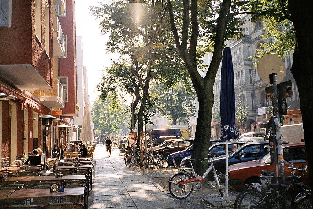 Simon-Dach-Straße l'été dans le quartier de Berlin-Friedrichshain.