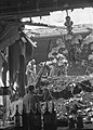 Studenten zoeken bruikbare voorwerpen in de ruine van de afgebrande societeit M, Bestanddeelnr 910-8645.jpg