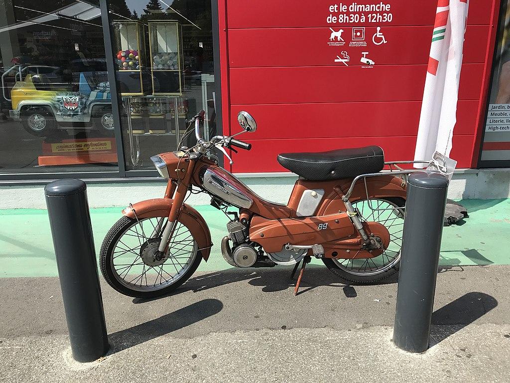 Filesupermarché Auchan à Villefranche Sur Saône Mobylette