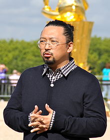 Takashi Murakami at Versailles Sept. 2010 (crop).jpg