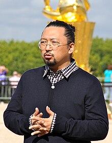 Takashi Murakami en Versailles Sept. 2010 (kultivaĵo).jpg
