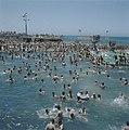 Tel Aviv Het overvolle openluchtzwembad aan de boulevard met uitzicht op de Mid, Bestanddeelnr 255-9281.jpg