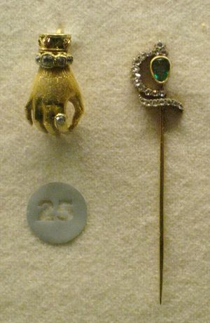 Tie pin - Golden tiepin with emerald, 19th century