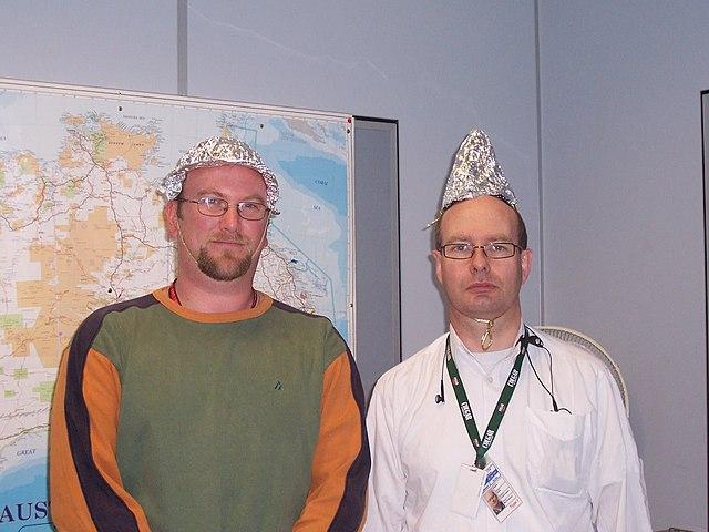 کلاه فویلی که به اعتقاده عدهای از ذهنخوانی مردم توسط حکومتها جلوگیری میکند.