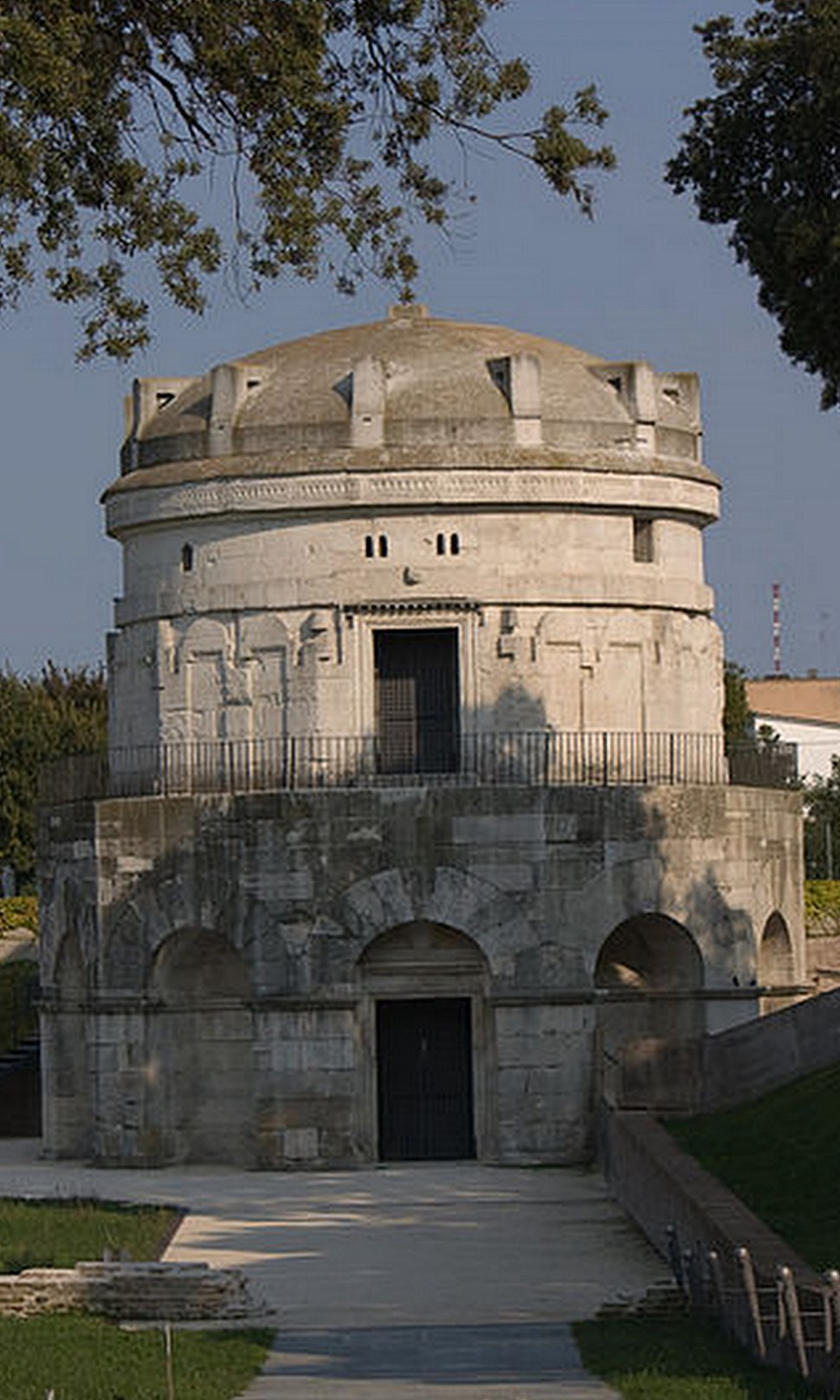 Tomb of Theodoric the Great Ravenna (cropped)