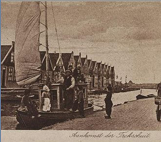 Trekschuit - Postcard from 1922 showing trekschuit arrival in Volendam.