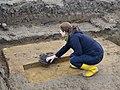 Ute Bartelt Rennofen zeigen Ausgrabung Sehnde Baugebiet Kleines Öhr.jpg