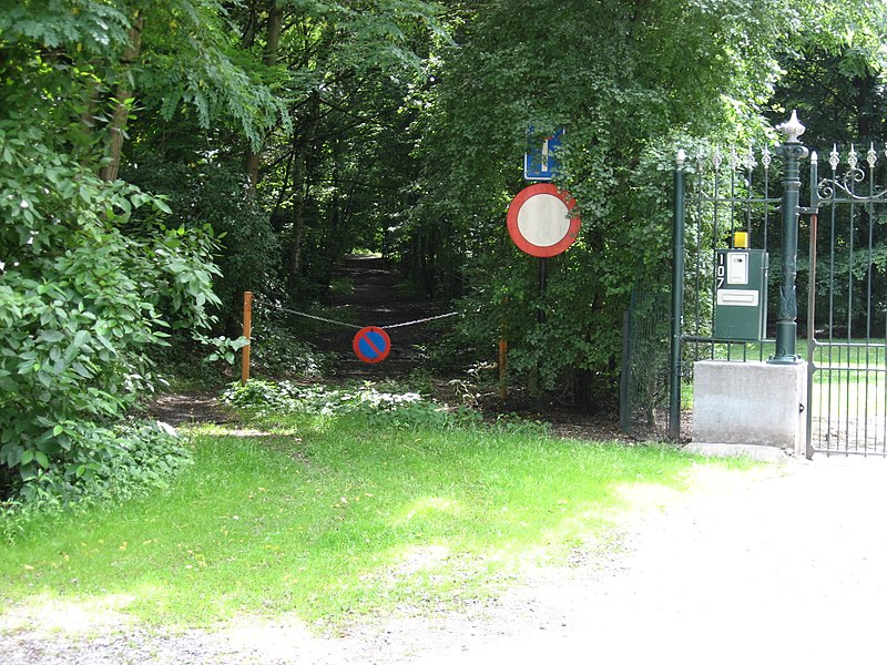 On the left of the gate, the vicinal railway to Clavier starts the long climb out of the Meuse valley. Is now converted to a large walking path along a small river in the woods. This is close to the Val-Saint-Lambert glasfactory. The tracks where broken up in 1954.