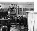 Verscheping Creme Caleche bij KNSM naar Curacao. Paarden worden ingeladen, Bestanddeelnr 907-3430.jpg